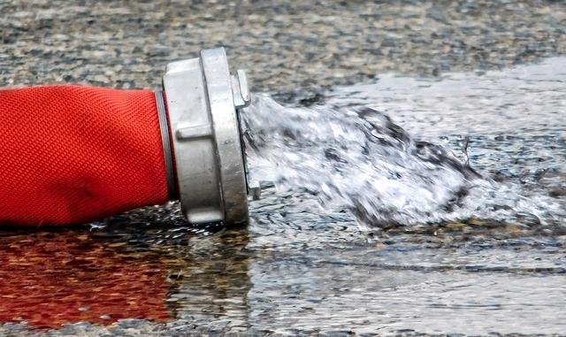 Symbolbild: Pumparbeiten, Feuerwehrschlauch