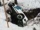 Porsche im Bach seitlich liegend