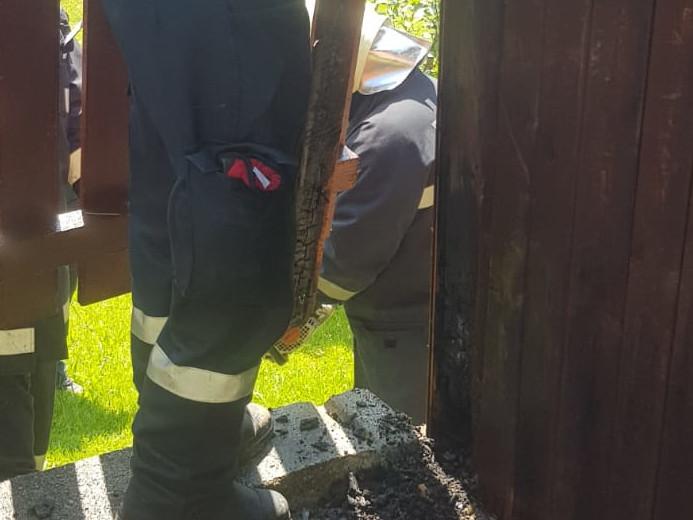 Brandherd der Eckpfeiler eines Holzzauns