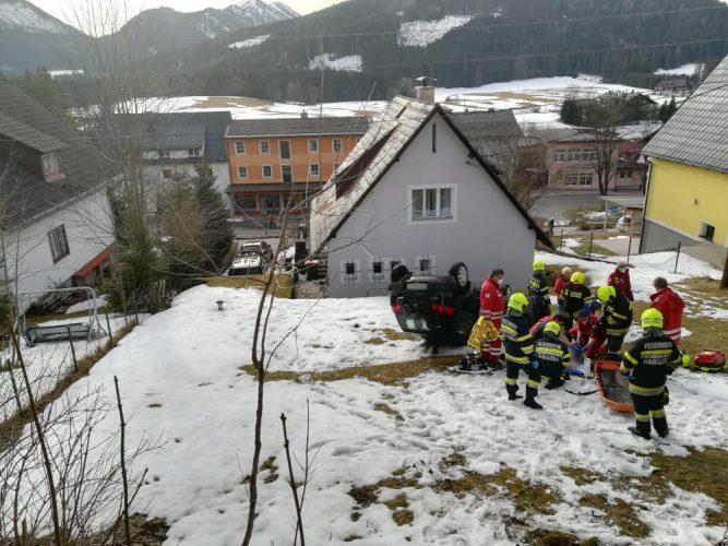 Feuerwehr und Rotes Kreuz Mariazellerland im Einsatz. Pkw liegt auf dem Dach. Patient wird notärztlich Erstversorgt.
